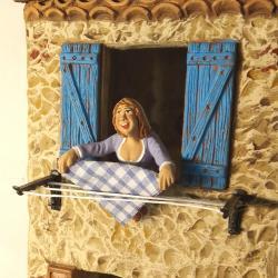 Santon femme drap à la fenêtre